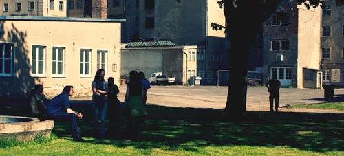 Mitglieder der Initiative bei einer Begehung des Geländes